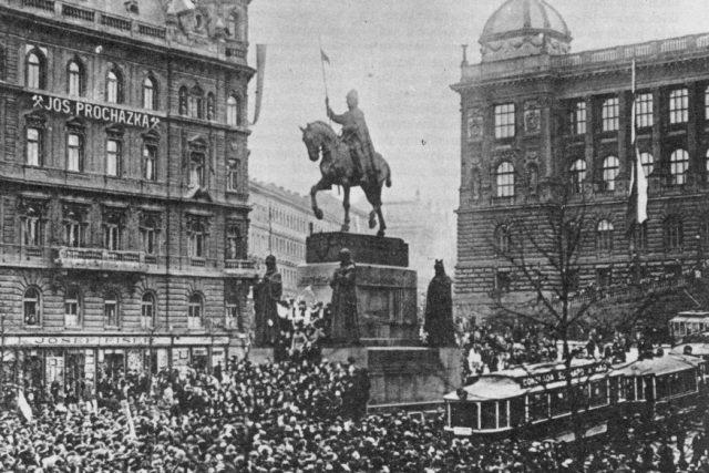 Jakmile se informace o rakousko-uherské žádosti o mír v dopoledního hodinách rozšířila,  začaly se spontánně shlukovat davy na Václavském náměstí. V zemi se v té době nacházela silná vojenská posádka,  která proti nim teoreticky mohla zasáhnout | foto:  neznámý,   volné dílo