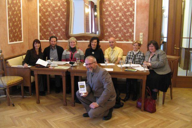 Zlatý Ámos 2012 - porota,  uprostřed předseda Slávek Hrzal | foto: Pavel Pavlas