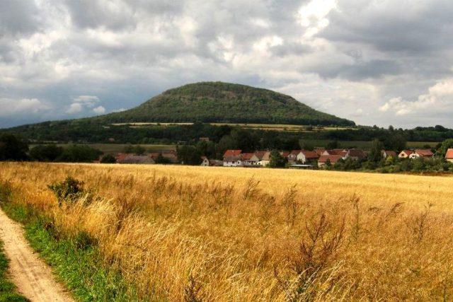 Hora Říp a obec Ctiněves od jihu