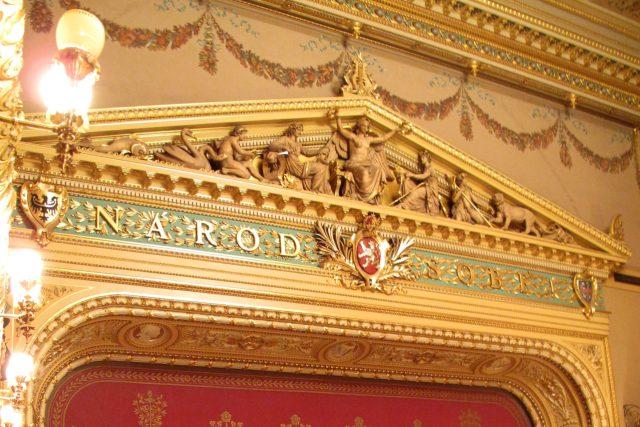 Národ sobě,  nápis nad oponou Národního divadla | foto:  Dezidor,  licence Creative Commons Attribution-ShareAlike 3.0 Unported