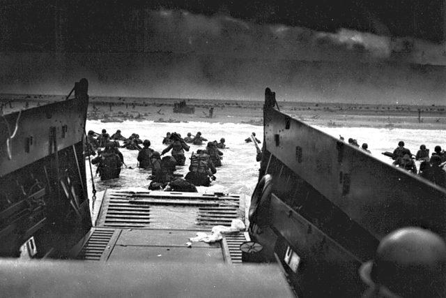 Vylodění v Normandii na slavném snímku Roberta F. Sargenta, 6. června 1944