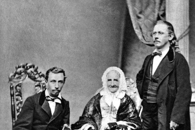 Rodina Náprstkových: matka Anna Náprstková,  nalevo syn Ferdinand,  napravo Vojta | foto: Wikipedia,  public domain - volné dílo,  Karel K.