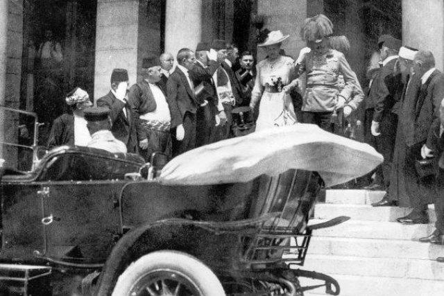 František Ferdinand d´Este se svou ženou Žofií Chotkovou opouští zmiňovanou budovu.   foto: Wikimedia Commons