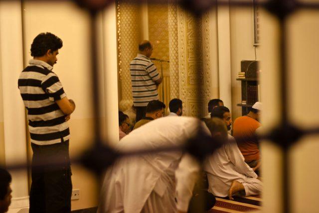 Modlící se muslimové v mešitě