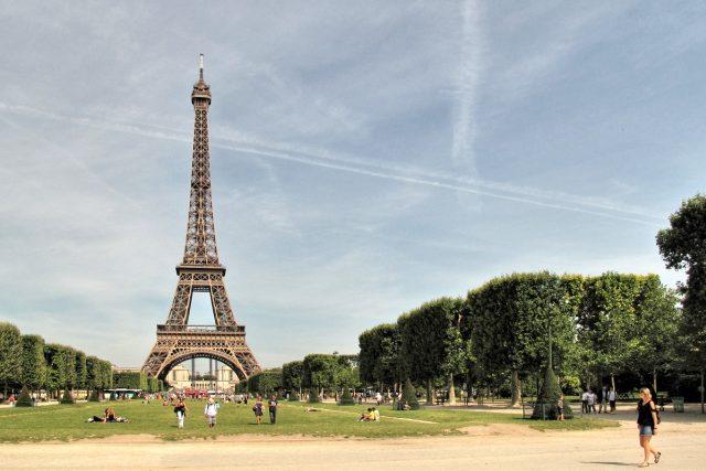 Eiffelova věž a Martovo pole v Paříži
