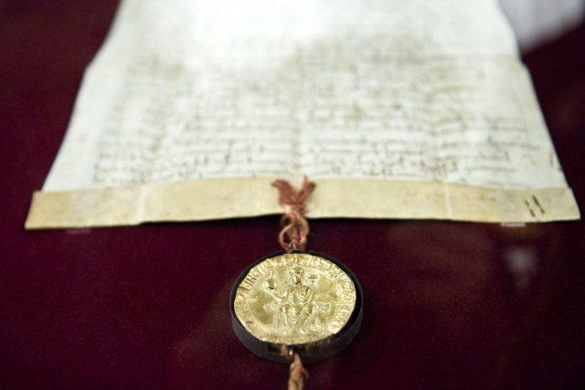 Zlatou bulu sicilskou znají v zahraničí jako dokument z roku 1212 | foto: Filip Jandourek
