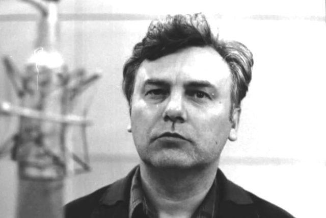 Petr Haničinec před rozhlasovým mikrofonem někdy v 60. letech | foto: Archivní a programové fondy Českého rozhlasu