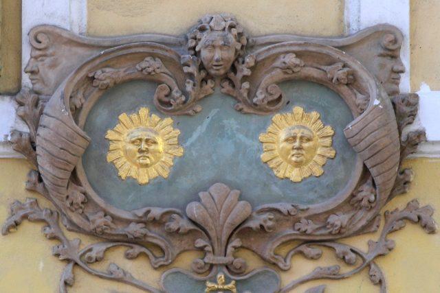 Domovní znamení  U Dvou slunců  (Praha,  Nerudova 47) | foto: licence Creative Commons Attribution-Share Alike 2.0,  Matěj Baťha