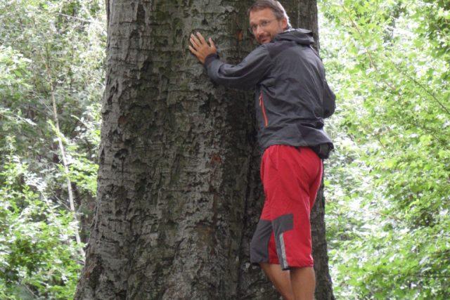 Jan Bím u stromu v Chřibech   foto: Archiv Jana Bíma