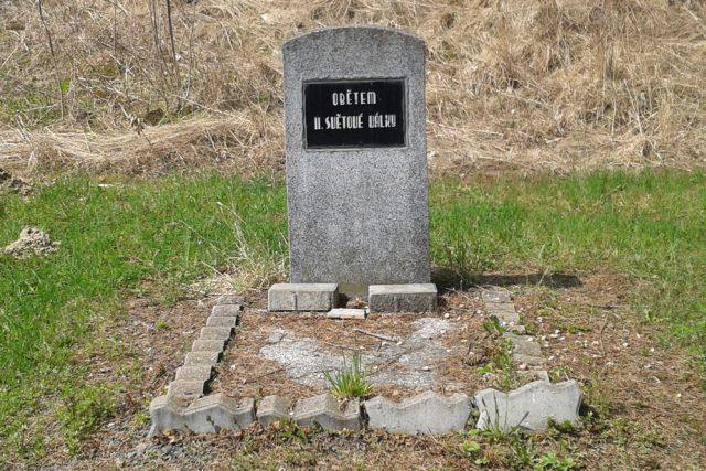 Pomník za školou