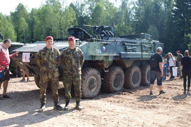 Obrněný transportér Pandur II v ženijní úpravě měl na letošních Bahnech veřejnou premiéru. Na snímku příslušníci 4. brigády rychlého nasazení svobodník Petr Vyskočil (vpravo) a desátník David Šrámek (vlevo)