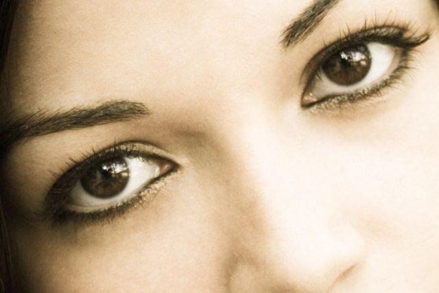 Hnědé oči, dívka, žena, obličej, kráska (ilustrační foto)