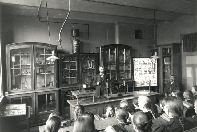 Hodina přírodních věd na dívčí škole (kolem 1900)