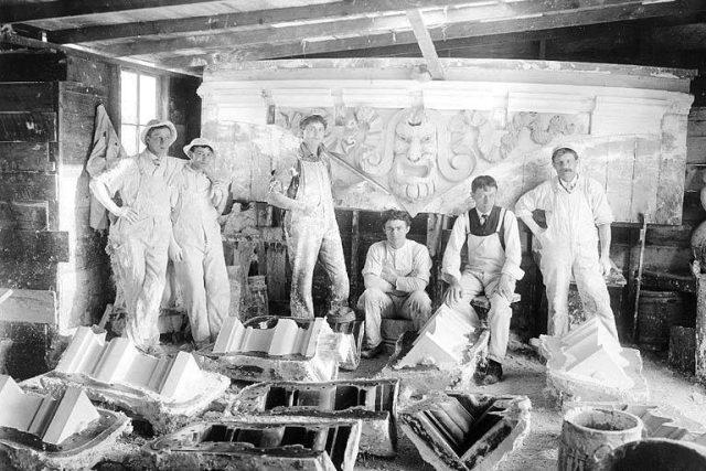 Vyškolení dělníci v štukatérské firmě | foto:  Frank H. Nowell