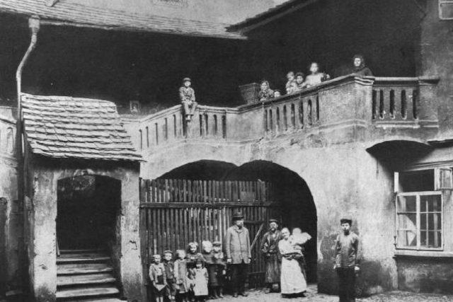Pražské židovské ghetto - nádvoří nárožního domu č.p. 180/182 v Cikánské ulici (1909)