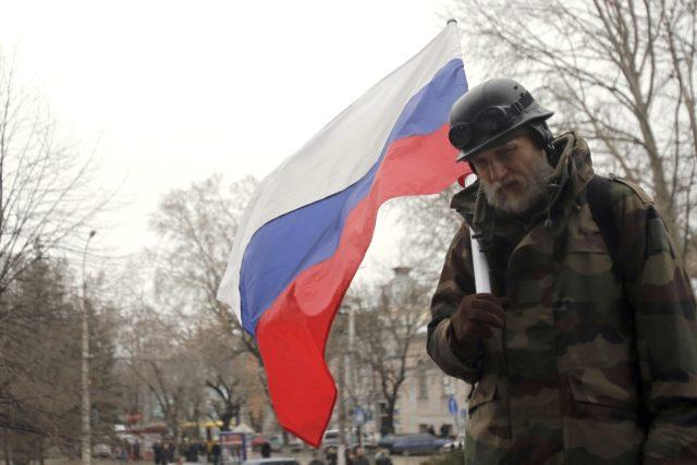 Proruský obyvatel Krymu při demonstraci v Simferopolu