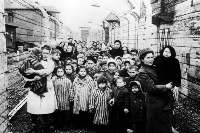 Děti osvobozené z Osvětimi | foto: autor neznámý,  Wikimedia Commons,  CC0 1.0