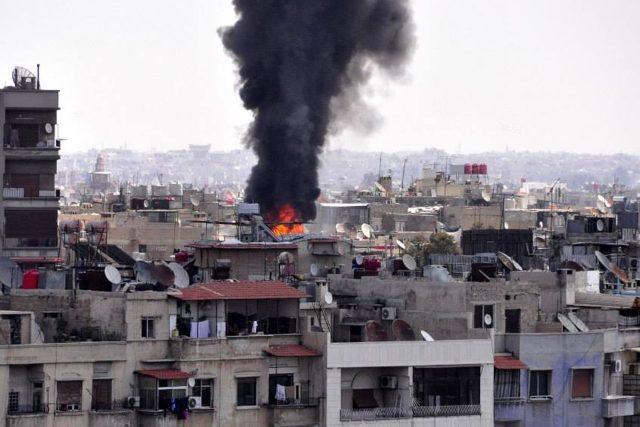 Raketový útok zničil budovu opery v syrském Damašku. Lidé se tam přesto stále scházejí | foto: ČTK