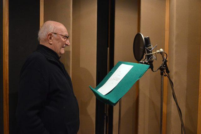 Herec Josef Somr při natáčení minutové hry Král je sekáč