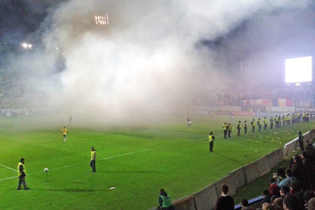 Sparťanští fanoušci narušovali zápas zapalováním světlic, které házeli na plochu.