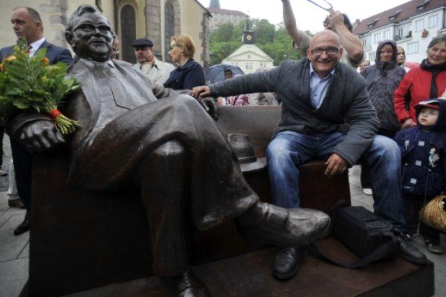 V Náchodě odhalili lavičku Josefa Škvoreckého. Poctu místnímu rodákovi vytvořil sochař Josef Faltus  (na snímku)   foto: ČTK