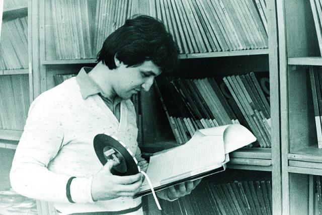 Jaromír Ostrý nad scénářem a s rozhlasovým pásem v roce 1984