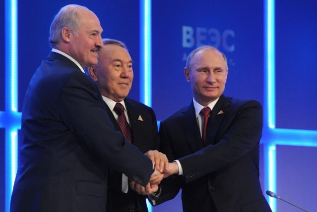 Ruský prezident Vladimir Putin  (zprava),  kazašský prezident Nursultan Nazarbajev a běloruský prezident Alexandr Lukašenko si potřásají rukou po podpisu dohody o vytvoření Euroasijské hospodářské unie | foto: Mikhail Klimentyev,  ČTK