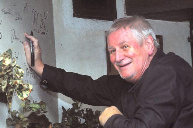 Kromě knih podepsal Jan Žák i stěnu Nostalgického muzea Ondřeje Suchého