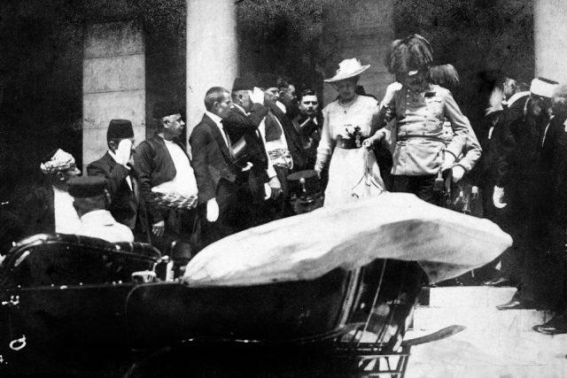 František Ferdinand s chotí Žofií před radnicí v Sarajevu  (cca 5 minut před atentátem)   foto:  CC BY-SA 3.0,  Karl Tröstl