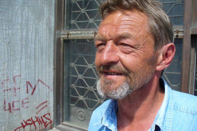 Zdeněk Soukup si jako prodejce Nového Prostoru užije sluníčka víc, než by možná chtěl.