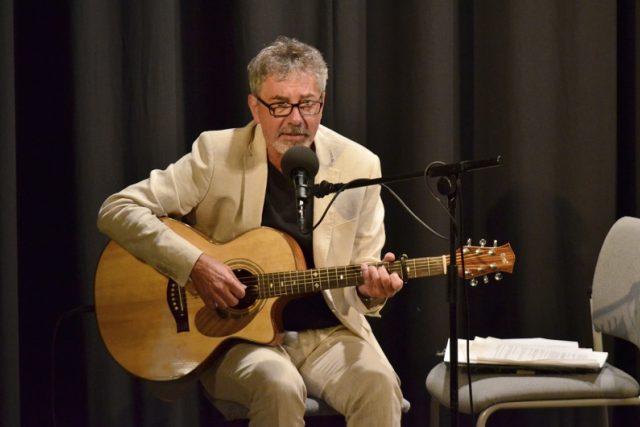Ivo Jahelka v Lenošce Iva Šmoldase. Jak jinak než s kytarou.   foto: Miroslav Bžoch