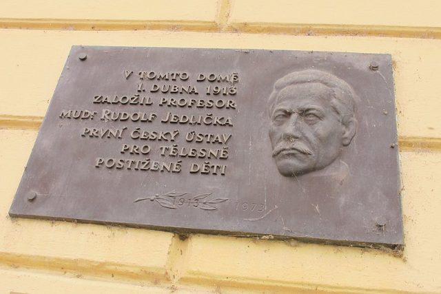 Jedličkův ústav - pamětní deska Rudolfa Jedličky   foto: Kristýna Maková