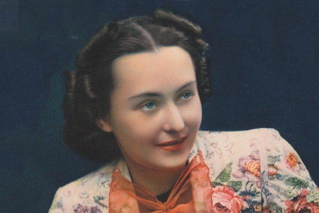 Hana Vítová na anonymní reklamní fotografii tiskárny V. Neubert a synové, Praha, z roku 1939