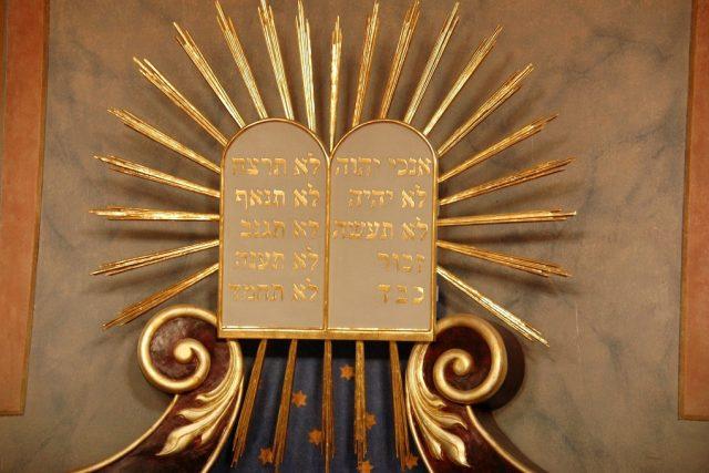 Desatero nad aronem ha-kodeš v synagoze v Brandýse nad Labem