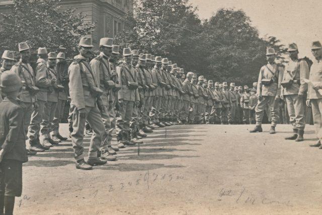 Zeměbranecký pluk před chlapeckou školou