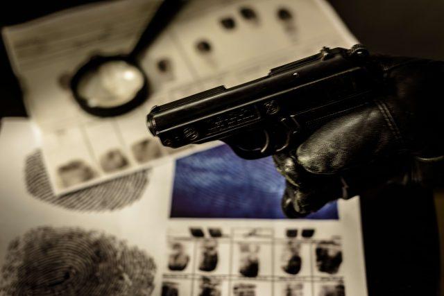 krimi, detektivka, lupa, pistole, otisky prstů, rukavice, akta, zločin, thriller