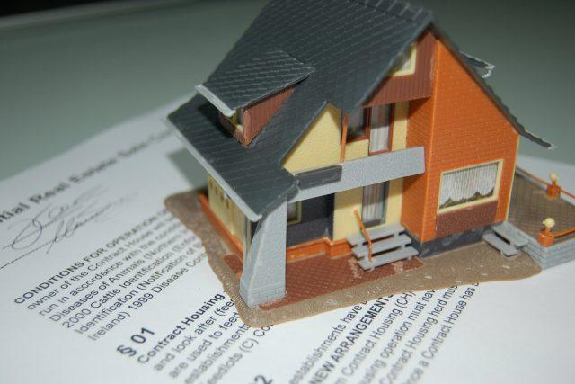 Při uzavírání smlouvy o nájmu bytu si dejte pozor na to,  s kým ji uzavíráte,  jestli opravdu jde o vlastníka | foto: Fotobanka  Stock Exchange,   gingko2