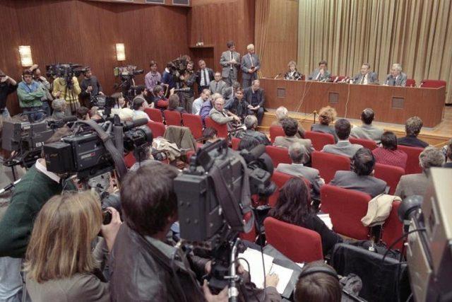 Günter Schabowski na tiskové konferenci oznamuje,  že občané NDR mohou okamžitě vycestovat na Západ  (9. listopadu 1989 v 18:53) | foto:  Bundesarchiv,  Wikimedia Commons