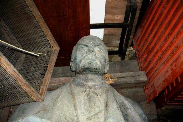 Leninova socha dnes leží v plechové garáži