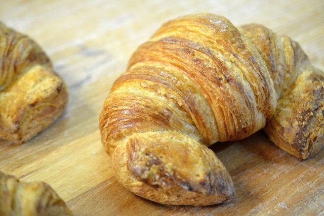 Ručně vyráběné croissanty váží po upečení 110 až 120 gramů