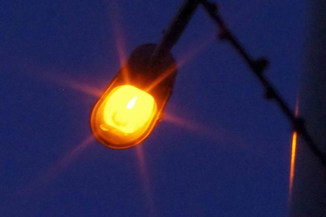 Sodíková výbojka v pouličním osvětlení svítí žlutooranžově
