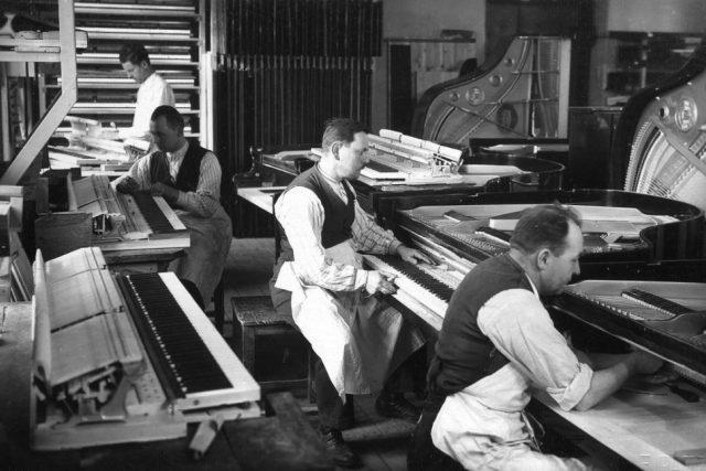 Firma Petrof - sesazování  (mechaniky do klavírů) kolem roku 1930 | foto:  Petrof