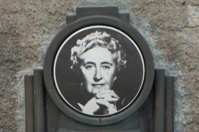 Agatha Christie (pamětní deska spisovatelky, detail)