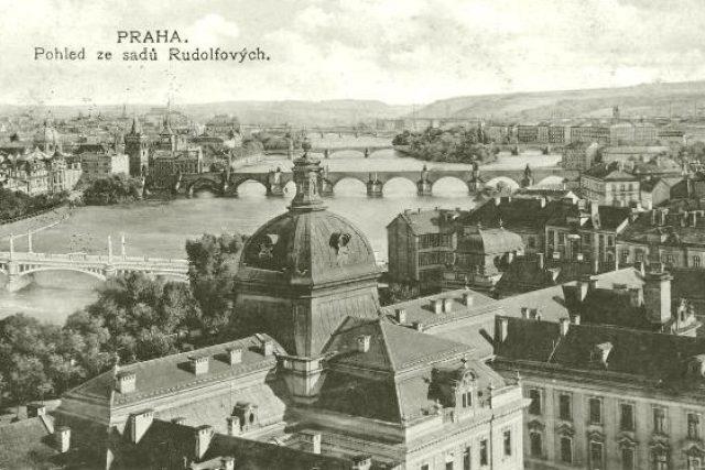 Pohled na pražské mosty z Rudolfových sadů, 1915