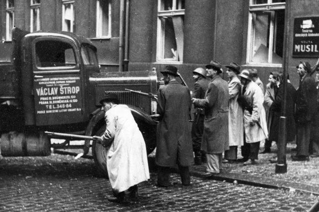Povstalci v Balbínově ulici krátce poté, co prorazili Pragou vrata do rozhlasu