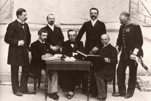 Mezinárodní olympijský výbor, druhý zleva stojí Jiří Stanislav Guth-Jarkovský, vpravo sedí Pierre de Coubertin, 1896