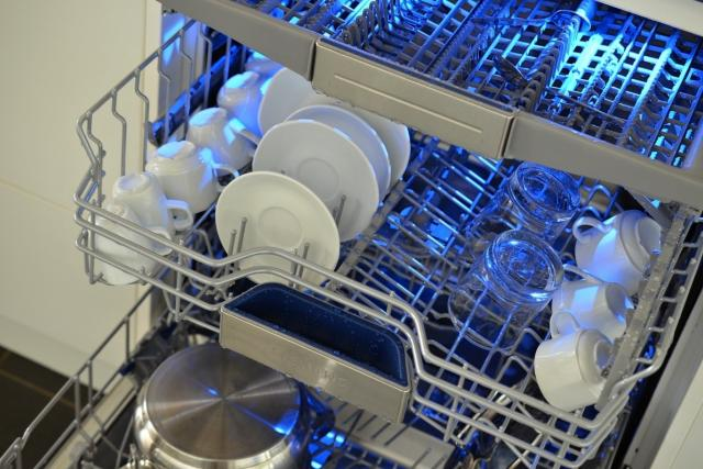 Myčka nádobí se třemi zásuvnými koši