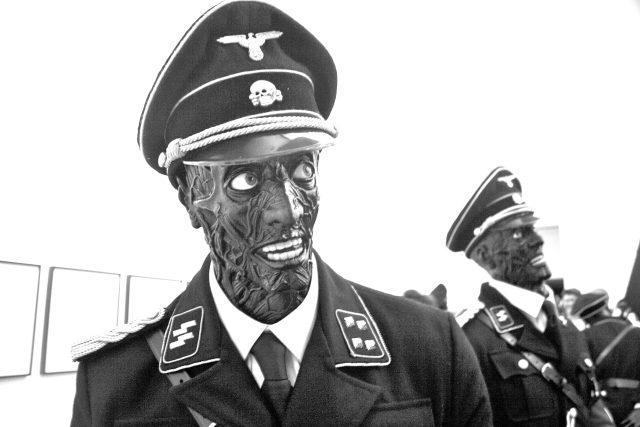 Představa nacistů jako bestií je i po 70 letech stále živá. Snímek z výstavy Jaka a Dinose Chapmanových v londýnské White Cube Gallery