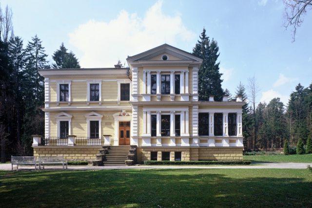Zámek ve Vysoké u Příbrami,  v zámeckém parku je jezírko umístěné   foto:  Archiv Památníku Antonína Dvořáka,  autor P. Hron