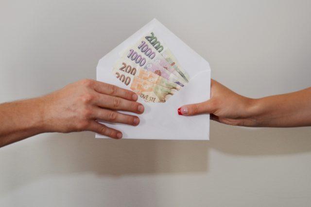 dohoda, úplatek, úplatky, byznys, korupce, peníze, obálka s penězi (ilustrační foto)